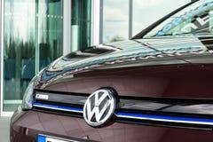 Volkswagen e-golf står den inkopplingshybrid- elbilen vid uppladdningsstationen Fotografering för Bildbyråer