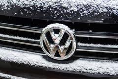 Volkswagen-embleem met sneeuw wordt behandeld die Stock Foto