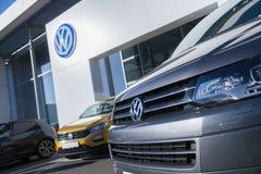 Volkswagen emblem på en vw-bil arkivbilder