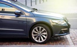 Volkswagen-emissiesschandaal - Volkswagen Passat in stad wordt geparkeerd die Royalty-vrije Stock Foto's