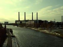 Volkswagen-fabriek door de zon wordt verlicht die stock foto