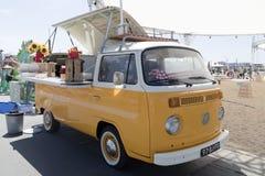 Volkswagen foodtruck på en festival Royaltyfria Bilder