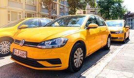 Volkswagen Golf flotta i central tysk stad arkivbilder