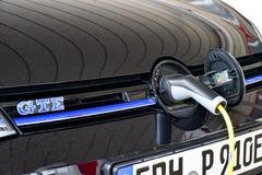 Volkswagen Golf GTE wordt geladen bij een het laden post royalty-vrije stock foto