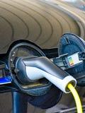 Volkswagen Golf GTE wordt geladen bij een het laden post stock afbeeldingen