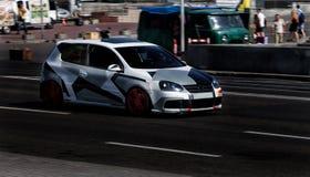 Volkswagen Golf GTI in der Stadt lizenzfreie stockfotografie