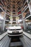 Volkswagen Golf i mitt av lokalen för lagringsbilar Royaltyfri Bild