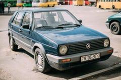 Volkswagen Golf II halvkombibil som parkeras i gata Golf Mk2 är A Arkivfoton