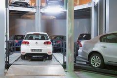 Volkswagen Golf på elevator i tornet för lagerbilar Royaltyfri Foto