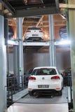 Volkswagen Golf på elevator i tornet för lagerbilar Royaltyfri Fotografi