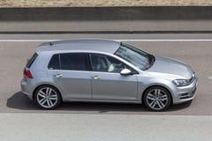 Volkswagen Golf på vägen Arkivbild