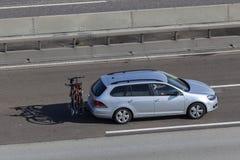 Volkswagen Golf variant på vägen Royaltyfri Foto