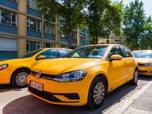 Volkswagen Golf-vloot in centrale Duitse stad stock fotografie