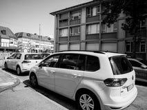 Volkswagen Golf-vloot in centrale Duitse zwart-witte stad royalty-vrije stock afbeelding