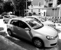 Volkswagen Golf-vloot in centrale Duitse zwart-witte stad stock afbeelding