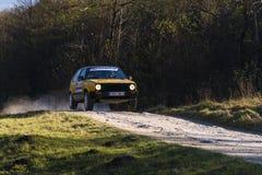 Volkswagen Golf współzawodniczy przy rocznym Zlotnym Galicia Obrazy Stock