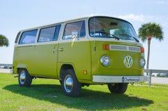 Volkswagen-groen & de witte oldtimer van de de Kampeerautobestelwagen van VW Royalty-vrije Stock Foto