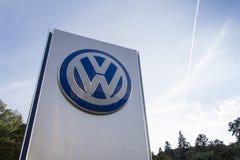 Volkswagen-het embleem van de automaker op de bouw van het Tsjechische handel drijven Stock Afbeelding