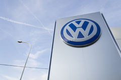 Volkswagen-het embleem van de automaker op de bouw van het Tsjechische handel drijven Stock Foto's