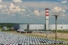 Volkswagen - JUNI 16, 2016: Nya bilar som parkeras på fördelningscent Royaltyfri Bild