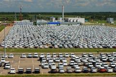 Volkswagen - JUNI 16, 2016: Nya bilar som parkeras på fördelningscent Arkivbilder