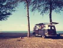 Volkswagen Kombi en la playa Imagen de archivo