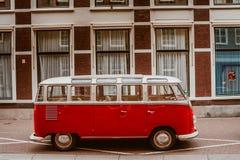 Volkswagen kombi i hålahaagstad Arkivbild