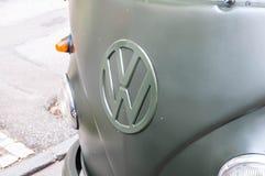 Volkswagen-Logo auf altem Transporter 1 an der lokalen Veteranenautoshow Lizenzfreie Stockbilder