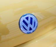 Volkswagen logotyp på den utskjutande bilen Fotografering för Bildbyråer