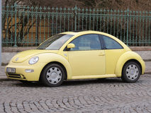 Volkswagen New Beetle amarillo Imágenes de archivo libres de regalías