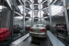 Volkswagen Passat en el elevador imagen de archivo libre de regalías