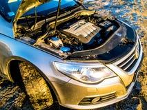 Volkswagen Passat metálico cc en el lago Manniku fotos de archivo