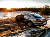 Volkswagen Passat metallico cc nel lago Manniku fotografie stock