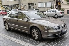 Volkswagen Phaeton parqueó en las calles de Budapest foto de archivo
