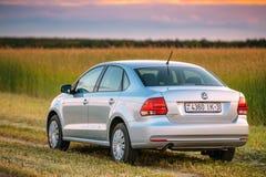 Volkswagen Polo Car Parking On Wheat fält Solnedgångsoluppgångdrama Arkivfoto