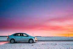 Volkswagen Polo Car Sedan Parking On uma borda da estrada da estrada secundária Imagens de Stock Royalty Free