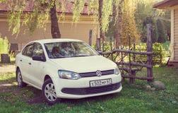 Volkswagen Polo parkował blisko dom na wsi Zdjęcie Stock