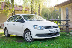 Volkswagen Polo parkował blisko dom na wsi Zdjęcie Royalty Free