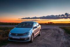 Volkswagen Polo Samochodowy parking Na poboczu wiejska droga Podczas Obrazy Royalty Free