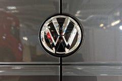 Volkswagen stilfull logo och skinande emblem arkivbilder