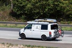 Volkswagen T5 skåpbil på huvudvägen Arkivfoto