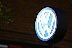 Volkswagen-Teken bij nachtachtergrond royalty-vrije stock afbeeldingen
