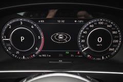 Volkswagen Tiguan, digitaler Geschwindigkeitsmesser Lizenzfreie Stockfotos