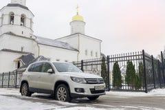 Volkswagen Tiguan parkerade i vintergata nära kyrktar Royaltyfria Foton