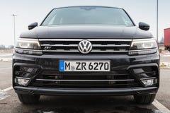 Volkswagen Tiguan, 4x4 r-Lijn, voorzijde Stock Afbeelding