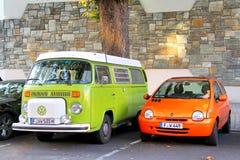 Volkswagen-Transporter-ANG Renault Twingo Stockfotos