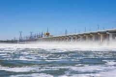 volkswagens Rosja - 16 2017 Kwiecień Tama Volga hydroelektryczny wodny rozładowanie zdjęcia royalty free