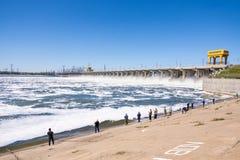 volkswagens Rosja - 16 2017 Kwiecień Tama Volga hydroelektryczny wodny rozładowanie i rybacy przy tamą obrazy royalty free