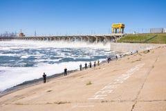 volkswagens Rosja - 16 2017 Kwiecień Tama Volga hydroelektryczny wodny rozładowanie i rybacy przy tamą obraz stock