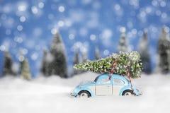 Volkswagon con l'albero di Natale immagine stock libera da diritti